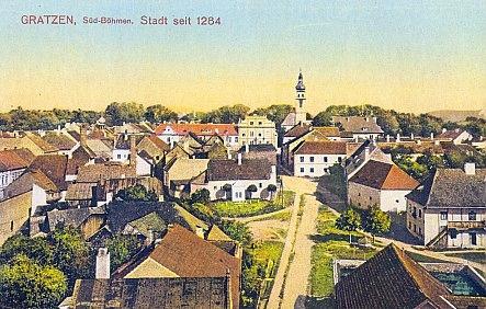 Stará pohlednice se záběrem od hradu k panské rezidenci a klášteru servitů...