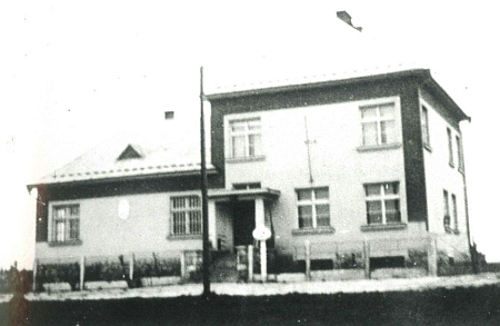 Docela ojedinělý snímek československé celnice na přechodu Nové Hrady-Pyhrabruck, která byla stržena kolem konce roku 1953, kdy se pohraniční rota přesunula na tzv. Sokolí hnízdo, ta rakouská na druhé straně hranice se dočkala stržení až o 30 let později v roce 1983