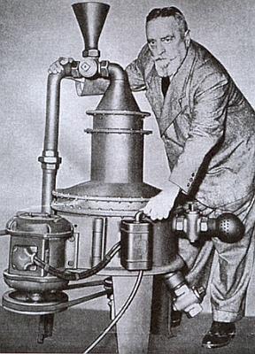 """S modelem své """"domácí turbíny"""" (1955)"""