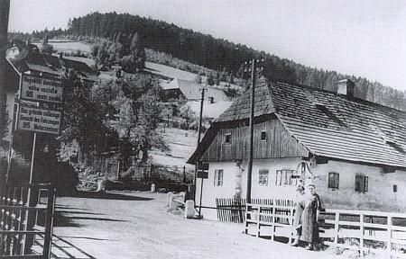 Tzv. Sellnerův dům s křížem vpředu u bývalých tiskáren a mostu přes Volyňku už nestojí, dřevěný most byl i s korytem řeky zcela renovován po povodni v roce 2002