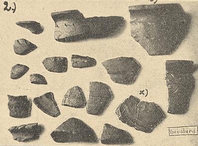 Dva snímky nálezů hliněných střepů z hory Hrad k jeho článku v českobudějovickém měsíčníku Waldheimat