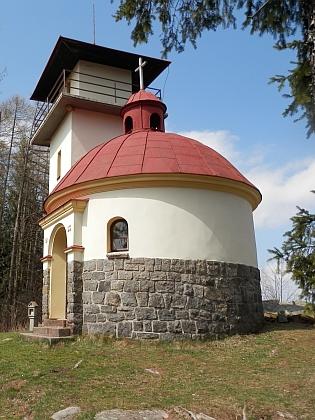 Kaple sv. Václava na Mařském vrchu u Vimperka s rozhlednou a pohled z ní na křížovou cestu