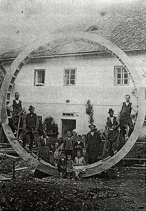Oprava mlýnského kola na Trumplmühle na nedatovaném snímku