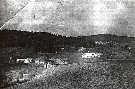 Na snímku, zachycujícím v roce 1946 Malý Pernek, je jeho rodný mlýn Trumplmühle stavení druhé zleva