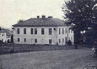 Někdejší škola v Perneku kdysi a dnes (2019)