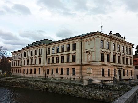 Budova někdejší chlapecké měšťanské školy v Českém Krumlově slouží i dnes vzdělávacím účelům (viz i Matthias Chyna, Karl Schacherl aJosefSkopek)