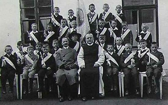 S žáky stropnické školy a farářem Wolfgangem Pöschkem ve školním roce 1932/1933