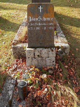 Hroby syna Johanna a jeho manželky Idy na hornoplánském hřbitově