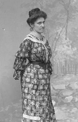 """Jeho žena na ateliérovém snímku z července 1908 označeném """"von Scheure"""" a adresou """"Eisenstein"""""""