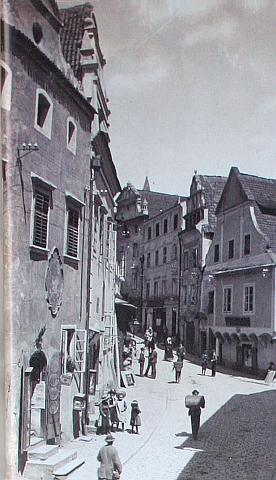 Café Fink, kde vznikly mnohé jeho kresby, zcela vpravo na snímku Josefa Seidela z českokrumlovského Latránu