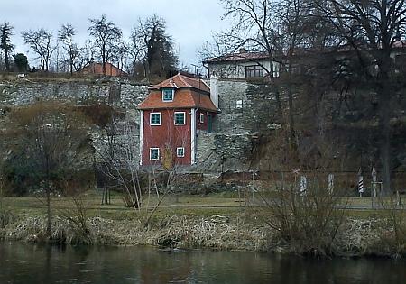 Na snímku vpravo je vidět dům na českokrumlovském Parkánu, vekterém nějaký čas bydlila Egonova matka (narodila se jinak vRybářské ulici), má čp. 111 a růžovou fasádu. která tu vlevo dole mírně vystupuje z řady (viz i Erwin Osen) - byt v tomto domě, patřícím obchodníku skůžemi Fritzi Blochovi, sehnal pro umělcovu matku ataké jeho kolegy v roce 1911 českokrumlovský gymnazista Willi Lidl (sám Schiele se sem měl s Wally Neuzilovou stáhnout ze zahradního domku při mostě u staré střelnice, zachyceném na snímku vlevo, jen na podzim a zimu)