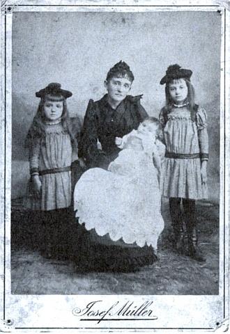 Jeho matka Marie s dětmi Melanií, Egonem a Elvirou na snímku z roku 1890