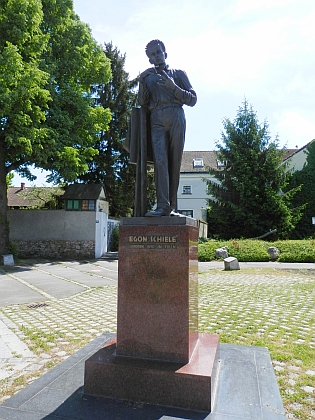 V rodném dolnorakouském městě Tulln an der Donau stojí před jeho muzeem dokonce malířova socha v životní velikosti
