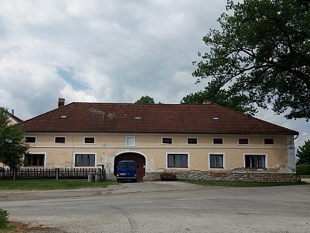 V matričních záznamech zmiňovaný dům čp. 16 v Mirkovicích