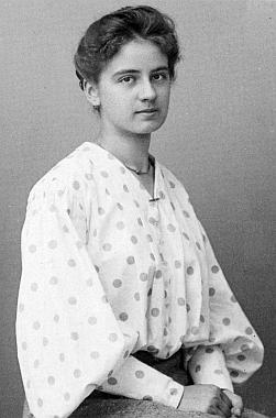 Jeho starší sestra Melanie na snímku českokrumlovského fotoateliéru Seidel