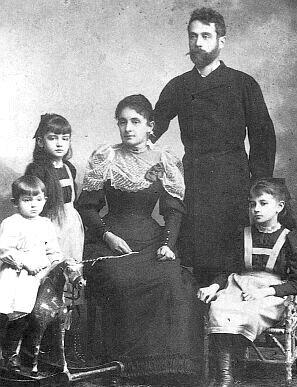 Jako malý chlapec na dětském houpacím koni srodiči a dvěma svými staršími sestrami