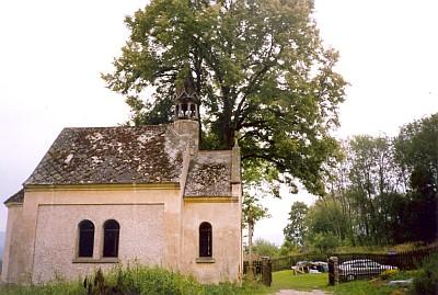 Devastovaná kaple v dnes téměř zaniklých Modlenicích