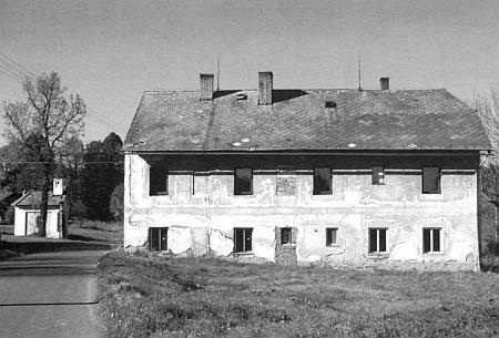 Někdejší škola v Cejsicích na snímku z roku 2014