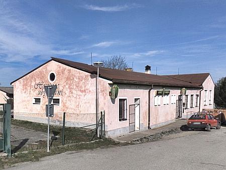 """Dům čp. 32 v Bujanově (dnes /2020/ hostinec """"U Koněspřežky"""") stál podle historických leteckých snímků na témže půdorysu už těsně po druhé světové válce - je tedy možné, že jde o původní železničářskou ubytovnu, kde žil"""