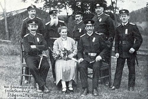 Zakládající členové dobrovolné hasičské jednotky ve Stögerově Huti na snímku z roku 1927