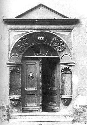 Portál domu čp. 77 v českokrumlovské Široké ulici, který patřil alchymistovi Antonu Michaelovi von Ebberbach, o němž je rovněž řeč v jejím textu