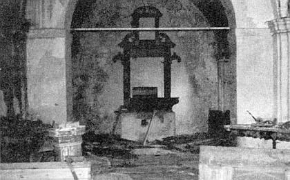 ... a vnitřek kostela v Klení na snímku z roku 1982, ...