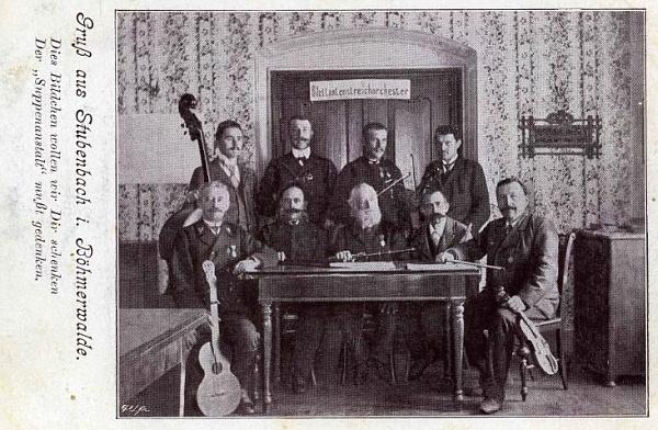 V lesnické uniformě tu s kytarou sedí první zleva na snímku s pozdravem z Prášil