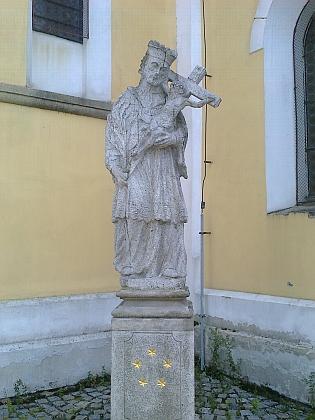 Socha sv. Jana Nepomuckého před kostelem
