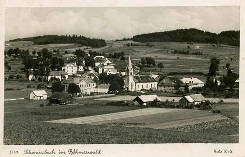 Černá v Pošumaví, kde se narodil, hřbitov před kostelem už neexistuje (pohlednice, foto Josef Wolf)