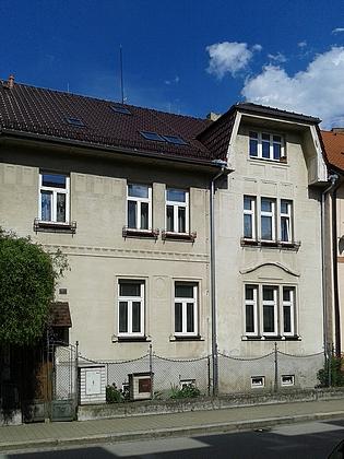 Tabulku se starým popisným číslem 503 dosud najdeme na tomto domě vDukelské ulici, dnesčp.19