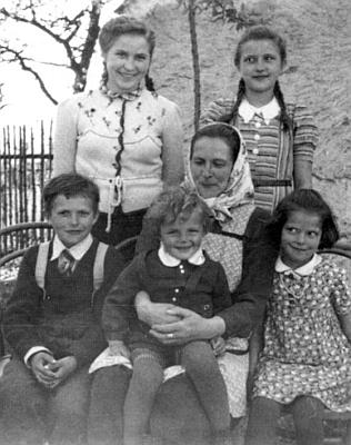 V kruhu svých dětí: zleva Anni a Marie, obou stojících, zleva sedících Adalberta, Josefa aHilde, na snímku z dubna 1943