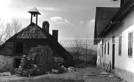 """Obecní pastouška zvaná """"Hirtahaus"""" v Perlovicích, která už neexistuje,     na nedatovaném snímku, vpravo stavení čp. 23 """"Christler Stübl"""""""