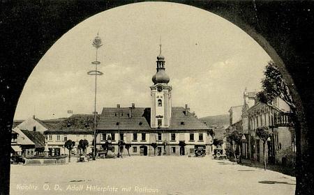 Franz Mörtl ve Vídni vydal tuto pohlednici náměstí v Kaplici z doby, kdy bylo pojmenováno po Adolfu Hitlerovi