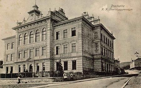 Budova prachatického gymnázia na staré pohlednici...