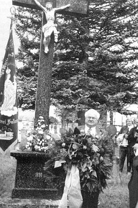 S věncem tu stojí u ústředního kříže hřbitova v Želnavě