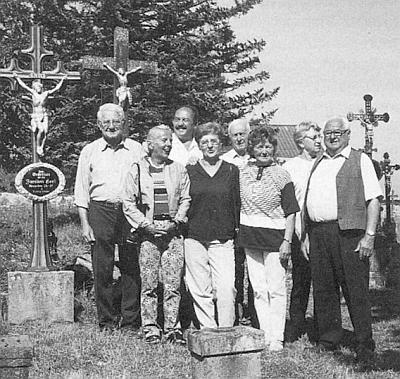 Takto se na želnavském hřbitově (stojí prvý zprava) sešel vroce 2001 se čtyřmi svými sourozenci a jejich životními partnery