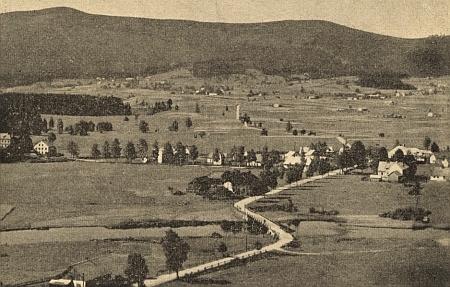 Pohled od Bělé na Novou Pec, v pozadí Smrčina
