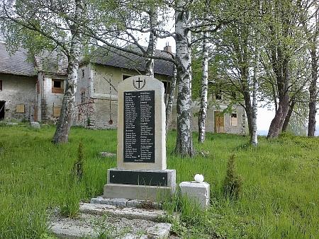 Památník padlým za 1. světové války z obcí Nová Pec, Nové Domky, Jelení Vrchy, Dlouhý Bor a Láz před někdejším hostincem v Nové Peci (Láz)