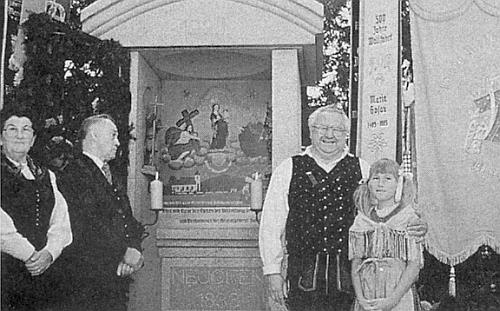 S vnučkou u kaple v Klafferu, připomínající rodný Láz (viz i Karl Springenschmid), vlevo Grete Ranklová