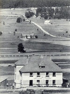 """""""Turistický dům pod Smrčinou - Touristenhaus unter dem Hochficht"""" hlásá nápis na hotelu """"Springer"""", postaveném roku 1932 při Schwarzenberském kanále u Nové Pece a později zvaném """"Klápovna"""""""