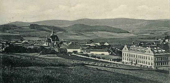 Škola ve Chvalšinách na Seidelově pohlednici z roku 1904