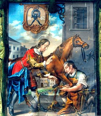 Kus starých Chvalšin v pozadí zachycuje i tato cechovní korouhev s vyobrazením sv. Homobona,     patrona krejčích, obuvníků a kovářů,  z tamního kostela sv. Maří  Magdaleny