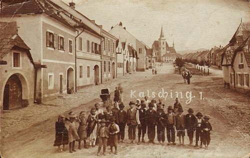 Na staré pohlednici z Chvalšin jsou zachyceny možná i některé z dětí, které tu od roku 1905 až do roku 1936 učil