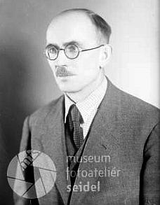 Na dvou snímcích z fotoateliéru Seidel, pořízených v únoru roku 1942