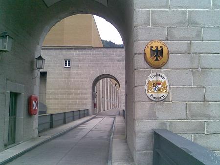U Jochensteinu dnes stojí přehrada - uprostřed je vyznačena hranice mezi Rakouskem a Německem