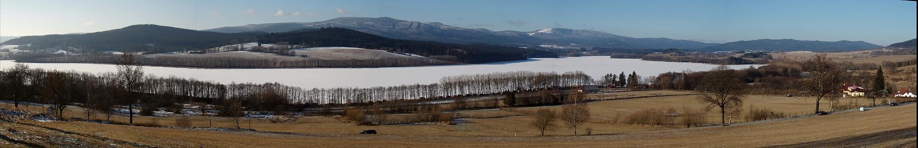 Zimní pohled na hraniční hřeben se Smrčinou a Plechým od Horní Plané