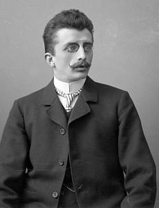 Na snímku z března roku 1905, pořízeném v krumlovském fotoateliéru Seidel