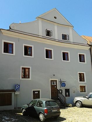 Rodný dům čp. 136 v českokrumlovské Masné ulici (na levém snímku zadní trakt domu na Parkáně)