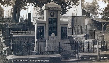 Původní podoba pomníku padlým v Prášilech na pohlednici Josefa Seidela