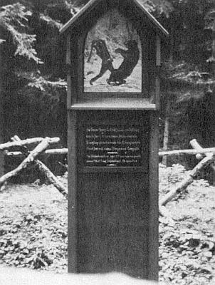 Obraz Josefa Maiera z Červeného Dřeva na památníku zřízeném v roce 1937 v místě, kde byl roku 1720 přepaden medvědem sedlák Georg Kohlbeck (Traxler) z Liščí (Fuchsberg), zničeném ovšem po roce 1946